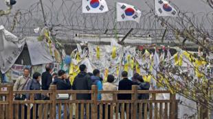 Des drapeaux sud-coréens et des bannières prônant la réunification accrochés sur les barbelés qui séparent les deux Corées, près de la zone démilitarisée, à Paju, le 9 novembre 2009.