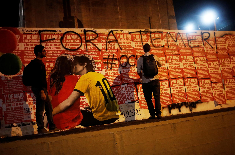 Le MTST (Mouvement des travailleurs sans toit) réagit au vote des sénateurs pour la destitution de Dilma Rousseff en taguant sur les murs de São Paulo : « Temer dehors».