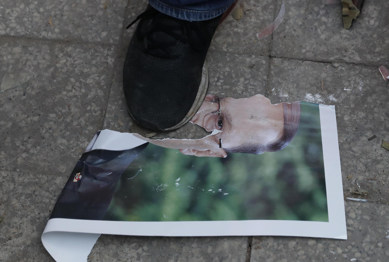 تظاهرکنندگان ناخرسند از دولت و نظام سیاسی لبنان تصاویر میشل عون را پاره کرده و لگد مال می کنند ـ ٨ اوت ٢٠٢٠