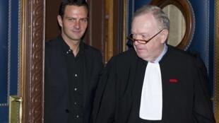 Jérôme Kerviel (g) et son avocat, Me Olivier Metzner, à la sortie de l'audience au Palais de justice de Paris, le 25 juin 2010.