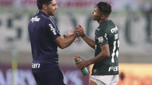 El DT portugués del Palmeiras Abel Ferreira (izq) y su jugador Rony se saludan tras clasificar a la final de la Copa Libertadores dejando por el camino a River Plate de Argentina el 12 de enero de 2021, en el estadio Allianz Parque Sao Paulo, Brasil.