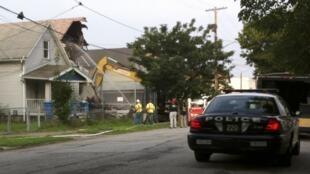 Uma escavadeira hidráulica é usada para demolir a casa onde três jovens mulheres permanceream presas e foram estupradas por uma década por Ariel Castro, em Cleveland, nos Estados Unidos. A demolição começou nesta quarta-feira, 7 de agosto de 2013.