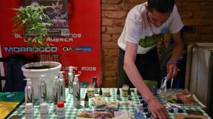 Des produits à base de cannabis pour un usage thérapeutique sont présentés lors d'une foire à Bogota, en Colombie, le 22 décembre 2015.