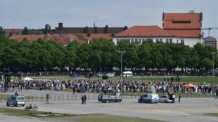 Des manifestants opposés aux mesures de confinement sur la place Theresienwiese à Munich le 16 mai 2020.