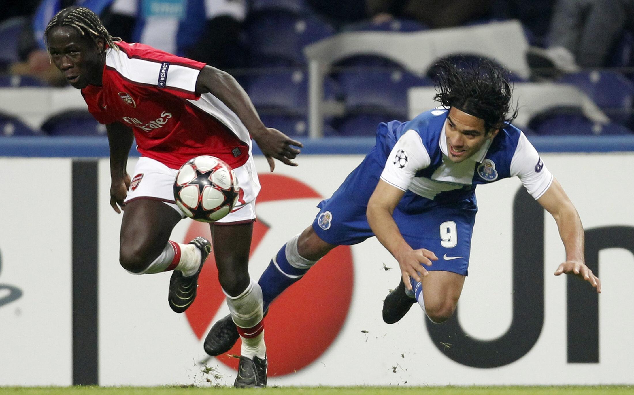 Flacao (d.) prend le meilleur sur Bakary Sagna d'Arsenal.