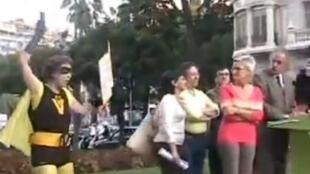 """Ada Colau disfarçada de heroína """"Supervivienda"""" (supermoradia) boicota um comício durante as municipais de 2007."""