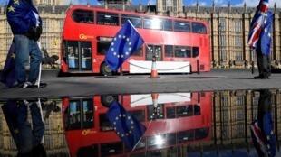 Bandera europea frente al Parlamento del Reino Unido, Londres.
