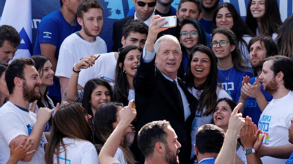 Benny Gantz, líder de la coalición Azul y Blanco, se toma una selfie junto con sus partidarios fuera de la sede del partido en Tel Aviv, Israel, el 8 de abril de 2019.
