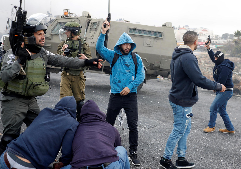 Des agents infiltrés israéliens arrêtent des manifestants à Ramallah, le 13 décembre 2017.