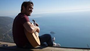 O músico e cantor, Bernardo Lobo.