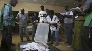 (élections présidentielle et législatives de novembre 2015 à Ouagadougou, illustration) La mission d'audit du fichier électoral a délivré un satisfecit pour les prochaines élections de novembre au Burkina Faso.