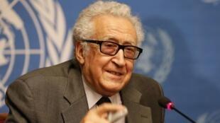 O mediador internacional Lakhdar Brahimi conseguiu convencer o regime de Damasmo a autorizar a saída de mulheres e crianças de Homs.
