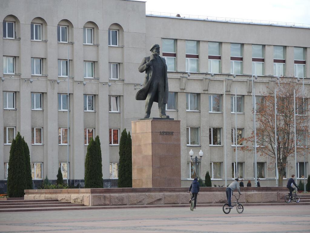 En Biélorussie, Grodno s'ouvre au tourisme. Le patrimoine soviétique notamment attire les visiteurs, comme la statue de Lénine sur la place de la mairie.