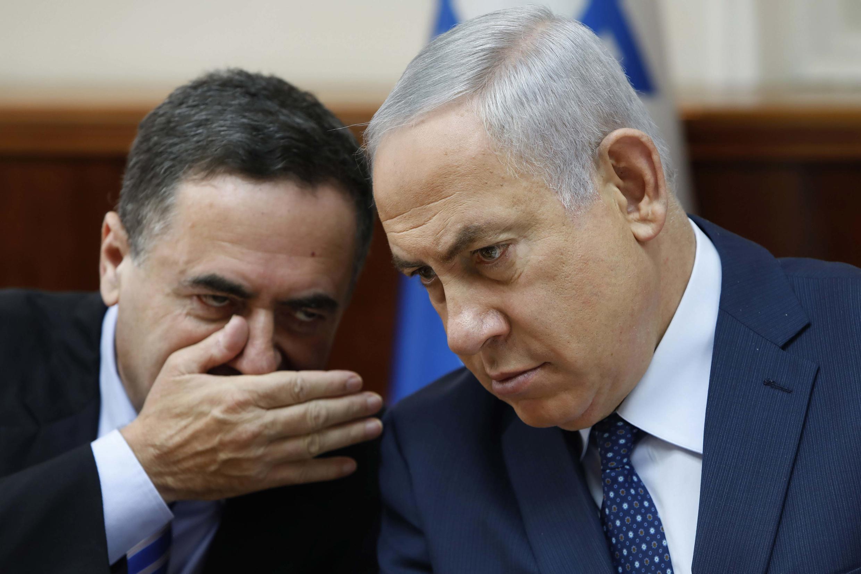 Thủ tướng Israel Benyamin Netanyahu (phải) và bộ trưởng Tình báo, Yisrael Katz tại Jérusalem, ngày 26/09/2017.