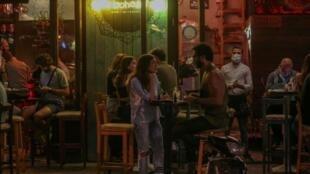 Des jeunes de Beyrouth à la terrasse d'un café dans le quartier de Gemmayzeh. Le 28 juillet 2020.