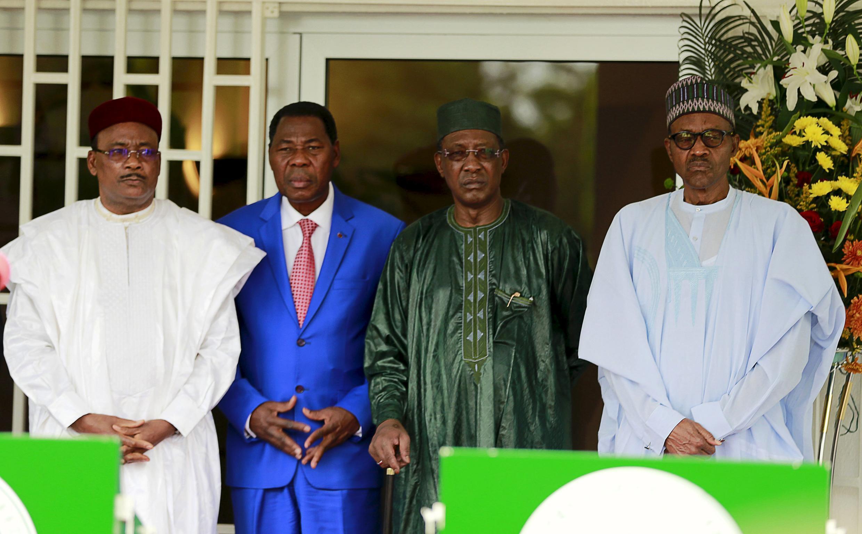 Shugaban Nijar Mahamadou Issoufou, da na Benin Thomas Boni Yayi, da na Chadi Idriss Deby da kuma na Najeriya Muhammadu Buhari a tattaunawar da suka yi a Abuja kan yaki da Boko Haram a Abuja, watan Yunin 2015.