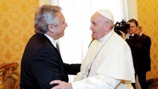 O presidente argentino Alberto Fernández (e) reunido com o papa Francisco no Vaticano.