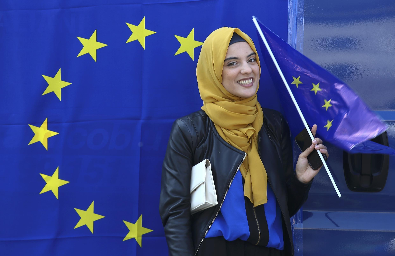 羅馬條約60周年日,穆斯林女性與歐盟旗幟合影