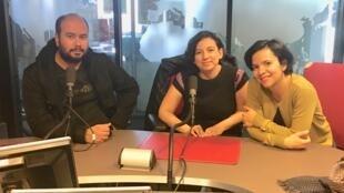 Los directores colombianos junto a María Carolina Piña en los estudios de RFI.