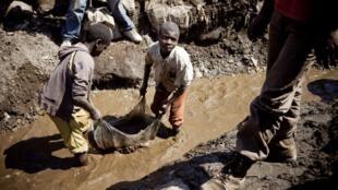 Niños trabajando en una mina de cobre en República Democrática del Congo.