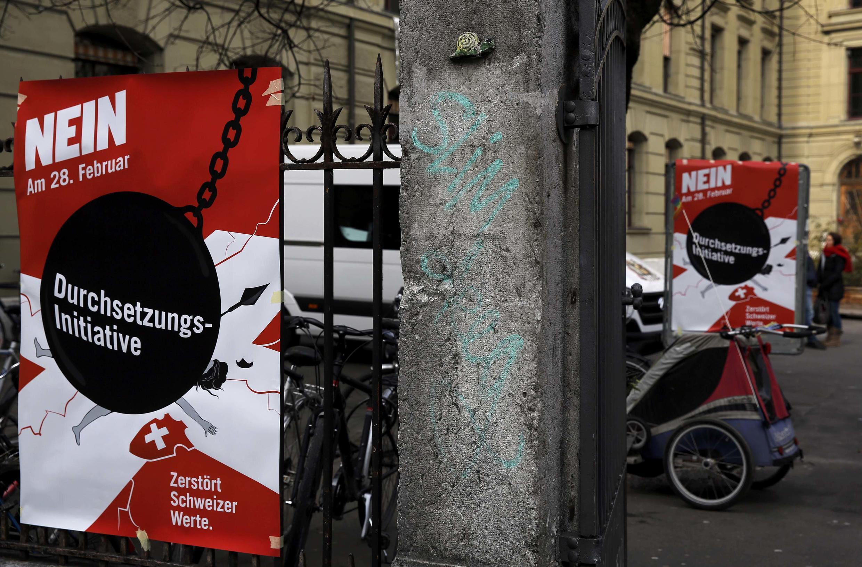 Афиши против инициативы автоматически высылать иностранцев, совершивших правонарушения, Берн, Швейцария, 28 февраля 2016 г.