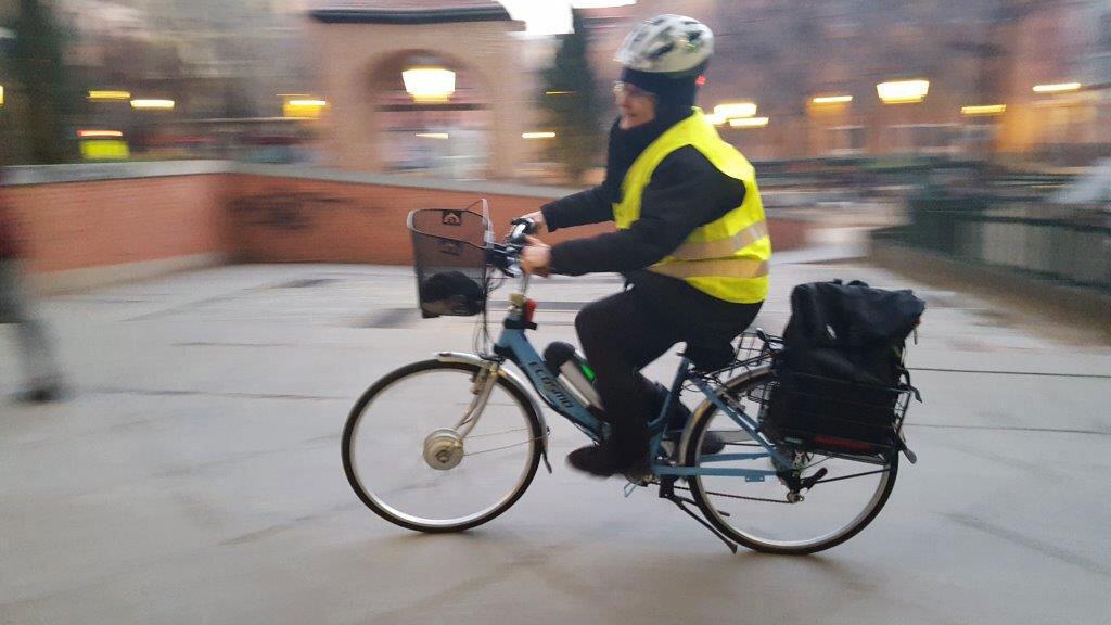 Carmen, sur son vélo électrique, ravie que la municipalité tente de chasser les voitures du centre.