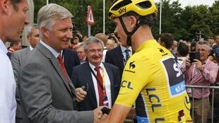 Belgium's King Philippe (L) shakes hands with the race leader and yellow jersey holder, Chris Froome of Britain, 7 July 2015