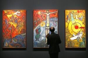 Una sección de la muestra presenta las pinturas bíblicas.