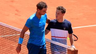 Rafael nadal y Diego Schwartzman se felicitan tras el pase del mallorquin a las semifinales de Roland Garros 2018.