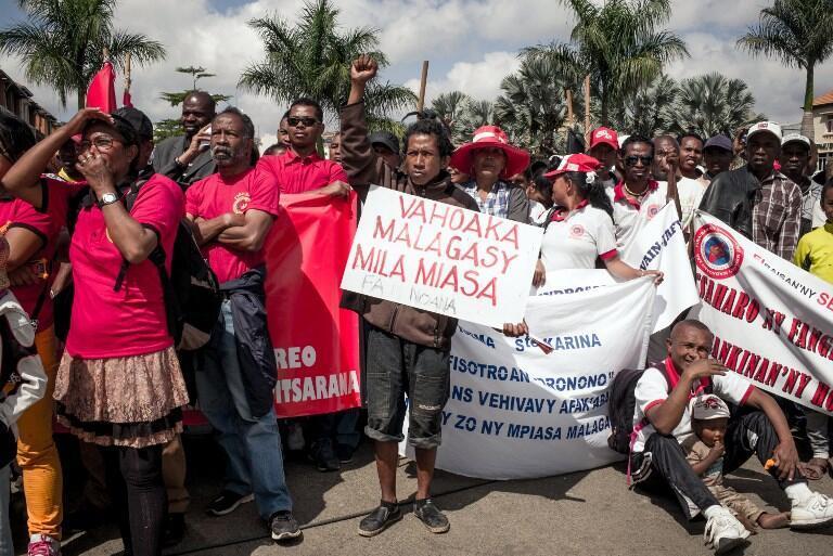 « Les Malgaches ont besoin de travail », peut-on lire sur cette pancarte lors de la manifestation du 1er-Mai à Antananarivo.