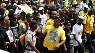 Le leader de la Ligue africaine de la jeunesse du Congrès national, Julius Malema porte un tee-shirt à l'effigie de Nelson Mandela, accompagné de centaines de Sud-Africains, le 27 octobre 2011 à Johannesburg.