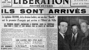 Amado Granell (à dr.), premier soldat reçu à la Mairie de Paris, le 24 août 1944.