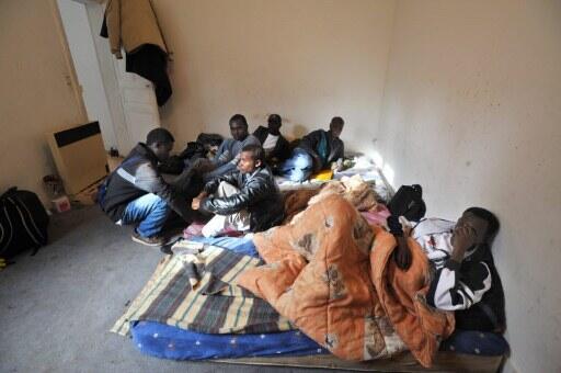 Des réfugiés d'origine africaine dans un appartement d'Angers, en France.