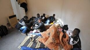 Des réfugiés d'origine africaine dans un appartement d'Angers.