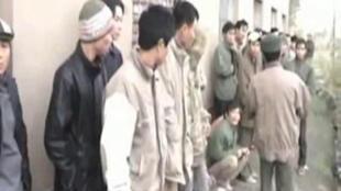 Ảnh chụp lại từ truyền hình Nga vụ những người lao động Việt Nam không giấy tờ bị bắt hồi năm 2009.