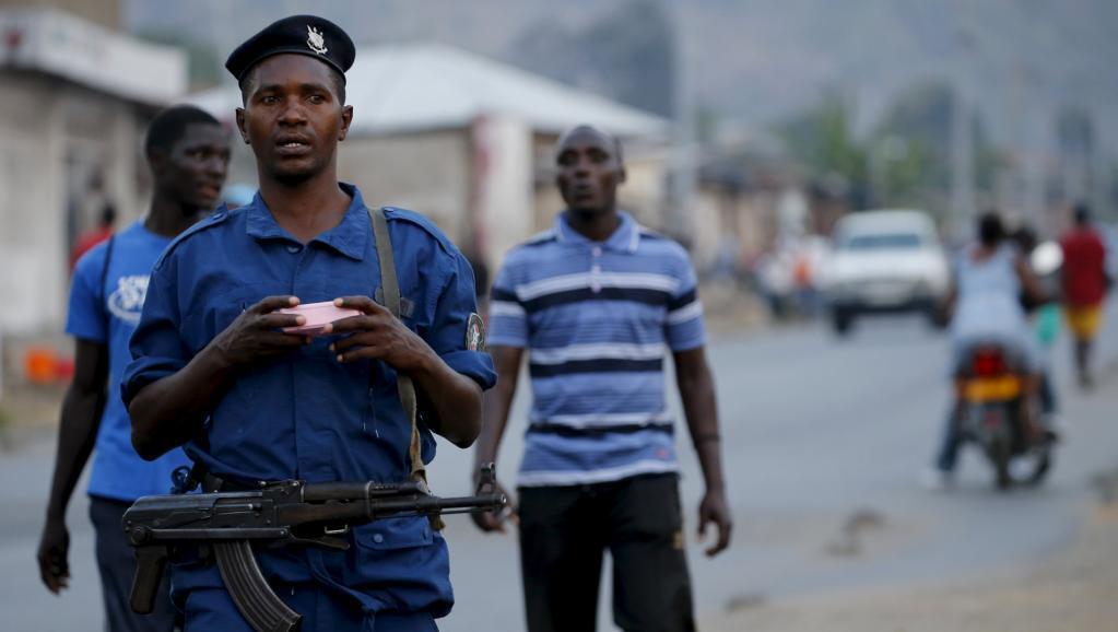 Un policier patrouille dans les rues de la capitale Bujumbura, fin juillet 2015.
