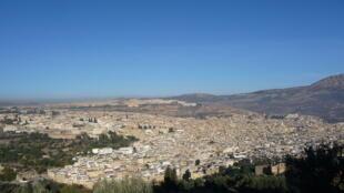 Des étudiants en colère se sont rassemblés sous le préau d'une cité universitaire à l'abandon, à Fès, au Maroc.