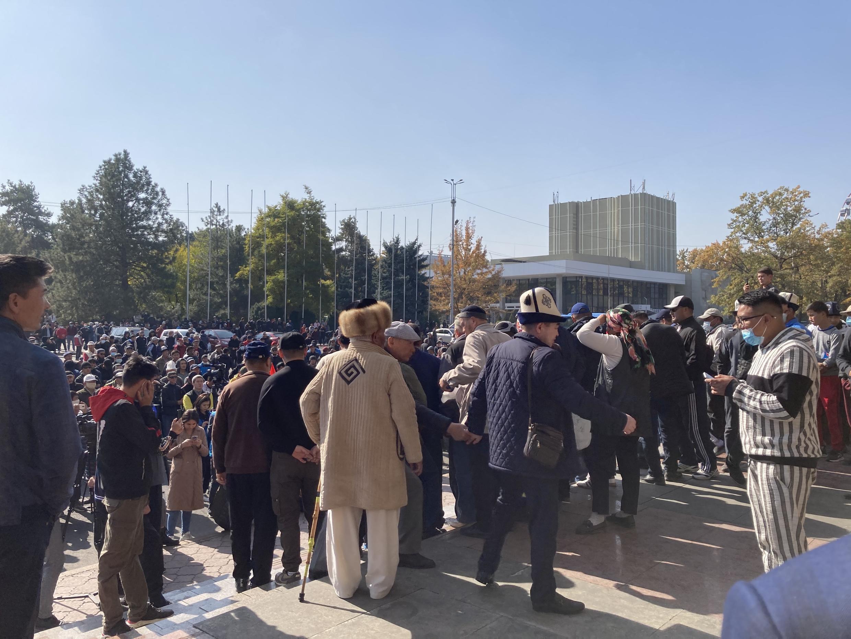 В день заседания парламента сторонники нового премьера вышли на митинг в центре Бишкека