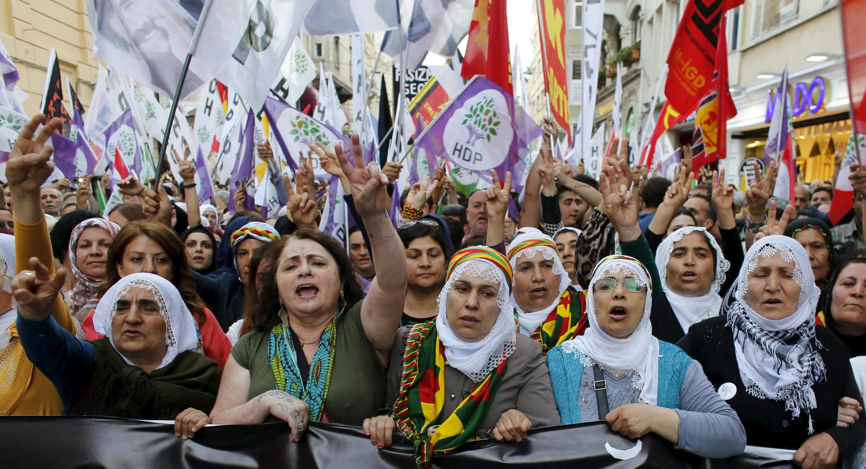 Les partisans du Parti démocratique populaire, pro-kurde (HDP), lors d'une manifestation à Istanbul, en Turquie, le 18 mai 2015. (photo d'illustration)