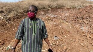 Mamadou Mignane Diouf, coordonnateur du Forum social (société civile) au pied du phare des Mamelles. Ce chantier d'un immeuble a été gelé à la suite de sa mobilisation.