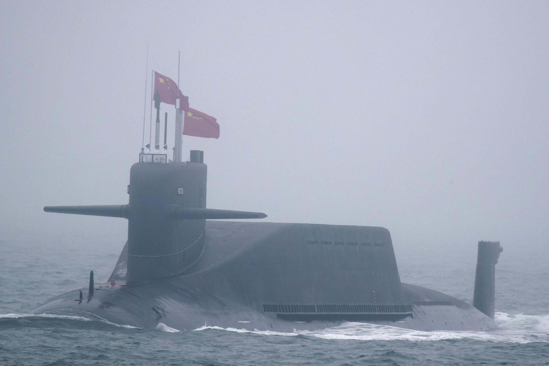 Chiếc tàu ngầm hạt nhân Trường Chinh 10, thuộc loại 094A lớp Tấn (Jin-class), tham gia cuộc duyệt binh Hải Quân kỷ niệm 70 năm ngày thành lập binh chủng Hải Quân Trung Quốc ngoài khơi Thanh Đảo ngày 23/04/2019.