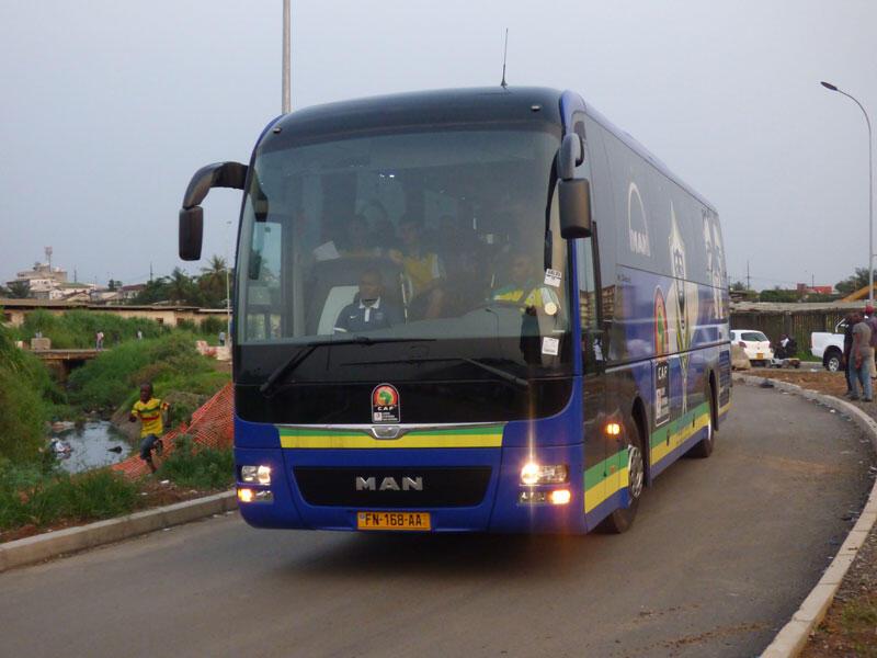 Le bus des Panthères, l'équipe nationale de football du Gabon, pays organisateur de la CAN 2017, se dirige en direction du stade de l'amitié à libreville.