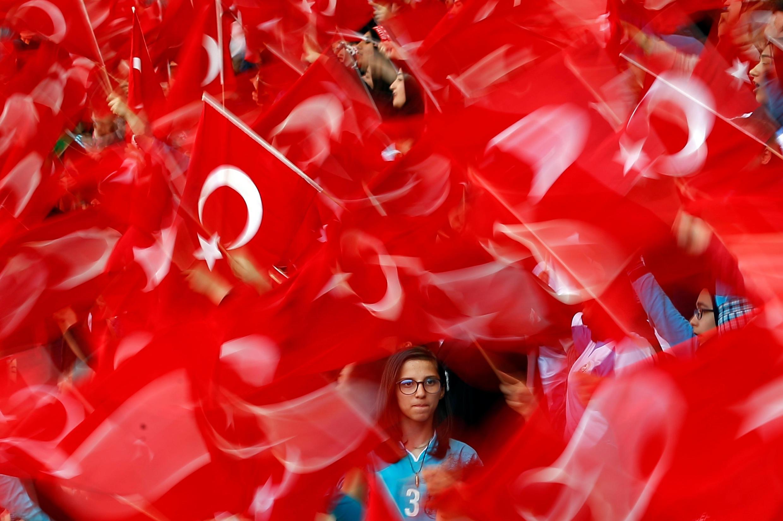 Des étudiants agitent des drapeaux de la Turquie en mai 2017.