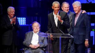 Пять ныне живущих бывших президентов США: Джимми Картер, Джордж Буш-старший, Барак Обама, Джордж Буш-младший и Билл Клинтон