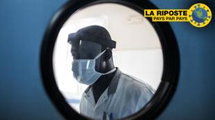 Un médecin porte un masque de protection à l'intérieur des urgences de l'hôpital Pikine de Dakar, le 23 avril 2020.