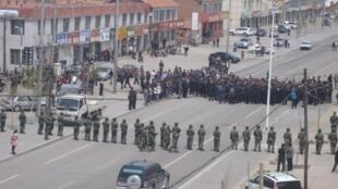 Công an phong tỏa thành phố sau đợt bạo động ở Bao Đầu, 2014 - REUTERS /Mongolian Human Rights Information Center