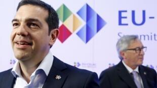 O primeiro-ministro grego, Alexis Tsipras (esquerda) e o presidente da Comissão Europeia, Jean-Claude Juncker, em Bruxelas no último dia 10 de junho.