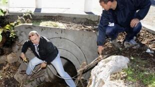 Des policiers procédent, le 27 Octobre 2012 à La Garde, aux premières mesures à proximité de la canalisation d'évacuation d'eau de l'université de Toulon, où 2 étudiants ont trouvé la mort après avoir été « aspirés »à la suite des fortes pluies.