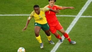 La Sud-Africaine Noko Matlou sous la pression de la Chinoise Shuang Wang, à Paris le 13 juin 2019.
