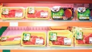 Seção de carne orgânica em um supermercado francês